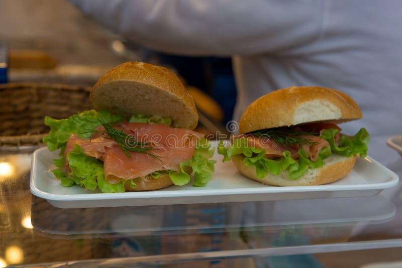 Вкусное и здоровое sandvich продало на взятии прочь стоит стоковые изображения rf