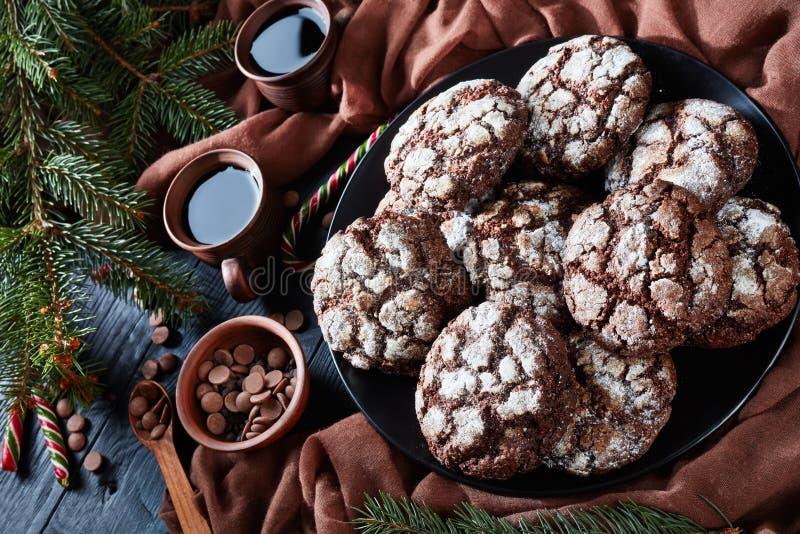 Вкусное печенье Crinkle шоколада рождества, взгляд сверху стоковое изображение