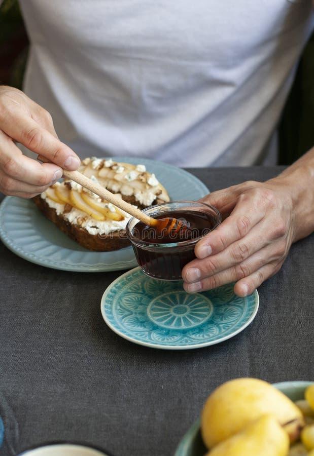 Вкусное fowr 2 завтрака: сэндвичи хлеба рож, свежие фрукты и мед стоковое изображение rf