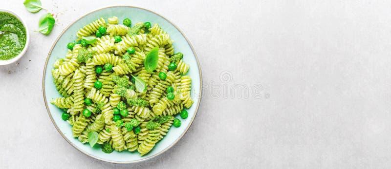 Вкусные аппетитные макаронные изделия с pesto на плите стоковые изображения rf
