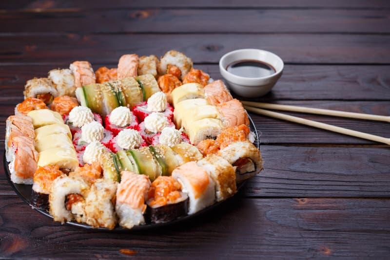 Вкусные аппетитные пестротканые установленные крены суш, послуженный с соей s стоковая фотография rf
