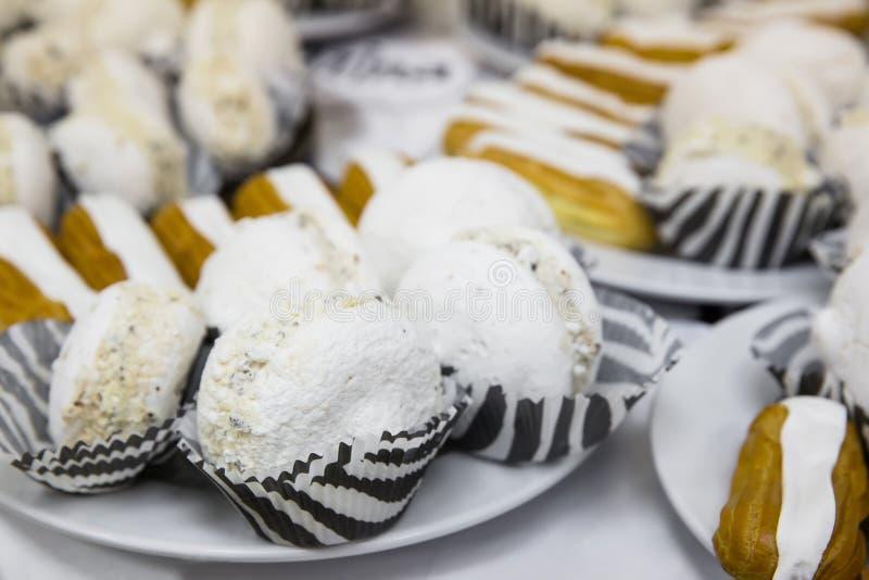 Вкусные белые macaroons на таблице стоковое фото