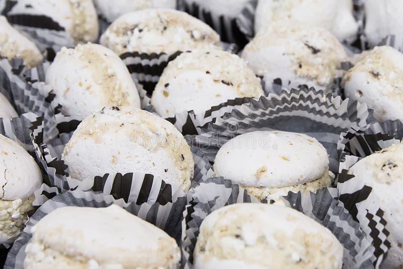 Вкусные белые macaroons на таблице стоковая фотография