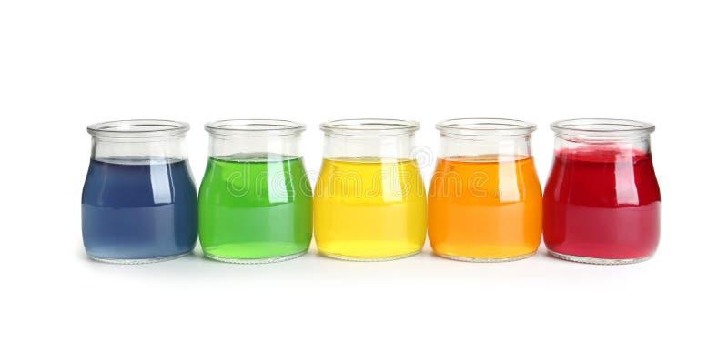 Вкусные десерты студня в стеклянных опарниках на белизне стоковое фото rf