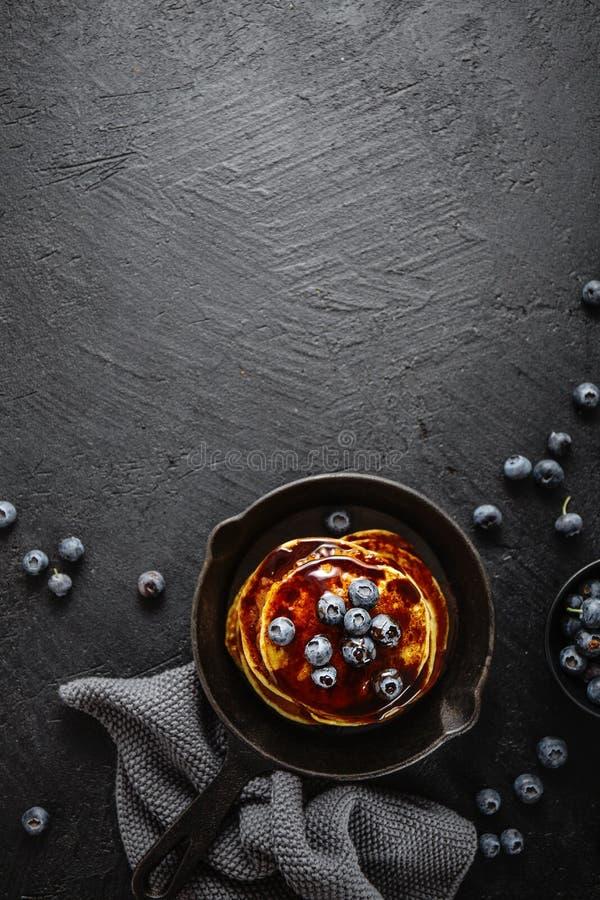 Вкусные домодельные блинчики с соусом и ягодами стоковое фото