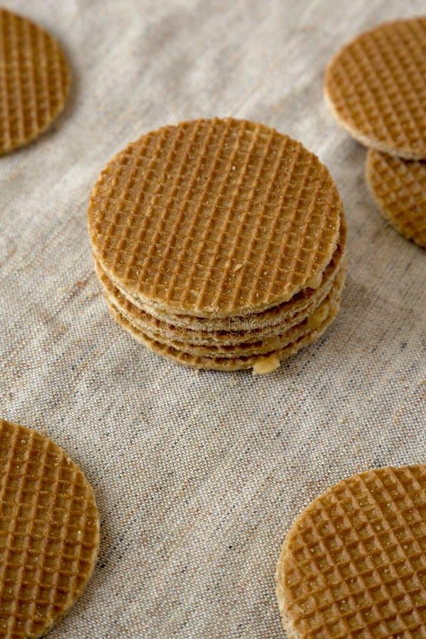 Вкусные домодельные голландские stroopwafels с завалкой мед-карамельки на ткани, взгляд низкого угла closeup стоковое фото rf