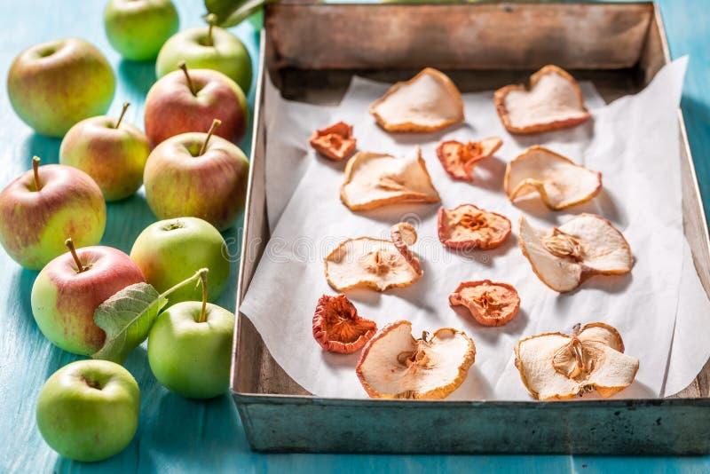 Вкусные и сладкие высушенные яблоки сделали свежих фруктов стоковые изображения