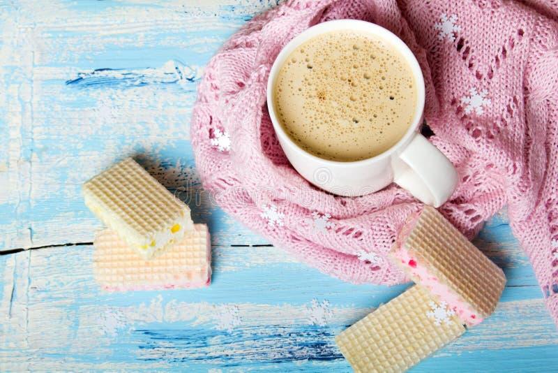 Вкусные кофе рождества или какао и сладостные печенья на голубой деревянной предпосылке стоковое фото