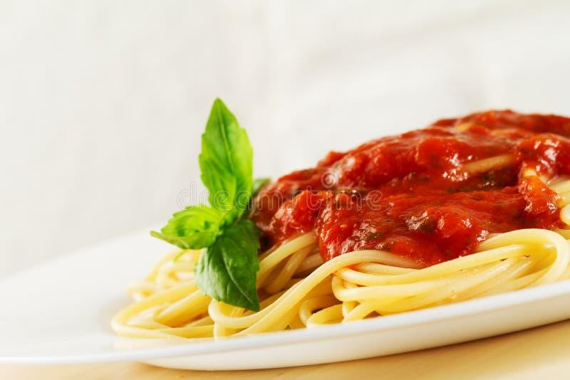 Вкусные красочные аппетитные сваренные макаронные изделия спагетти итальянские с к стоковое фото