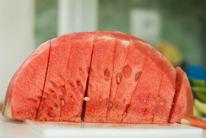 Вкусные куски арбуза дома стоковые изображения