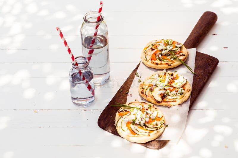 Вкусные мини вегетарианские пиццы с баклажаном стоковое изображение