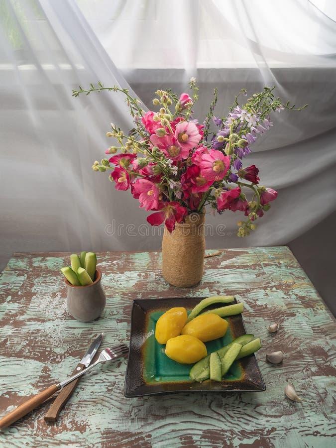 Вкусные новые кипеть картошки с укропом в шаре на деревянном столе, взгляд сверху стоковые изображения rf
