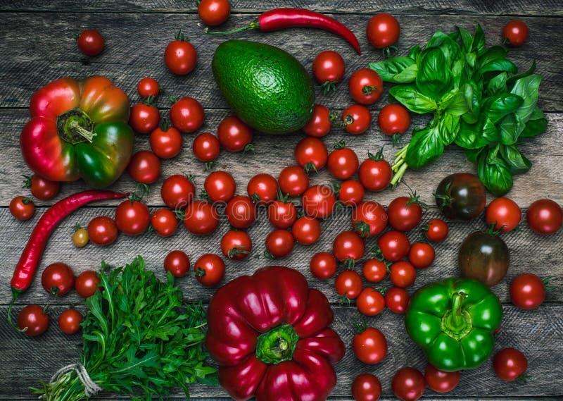 Вкусные овощи на деревянном столе в деревенском стиле стоковая фотография