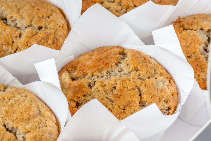Вкусные домодельные булочки банана в навощенных бумажных пирожных, свеже b стоковое фото