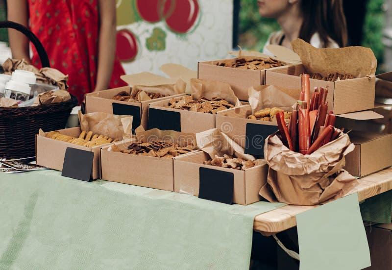 Вкусные печенья в коробках ремесла с пустыми карточками с космосом для tex стоковые фотографии rf