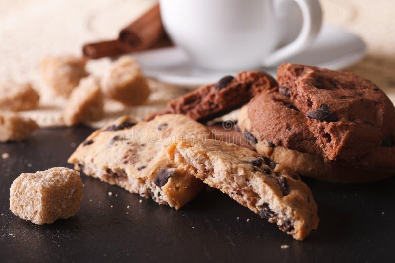 Вкусные печенья обломоков шоколада и часть макроса сахарного тростника стоковые фото