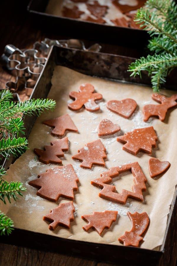 Вкусные печенья пряника на печь бумаге для рождества стоковое изображение rf