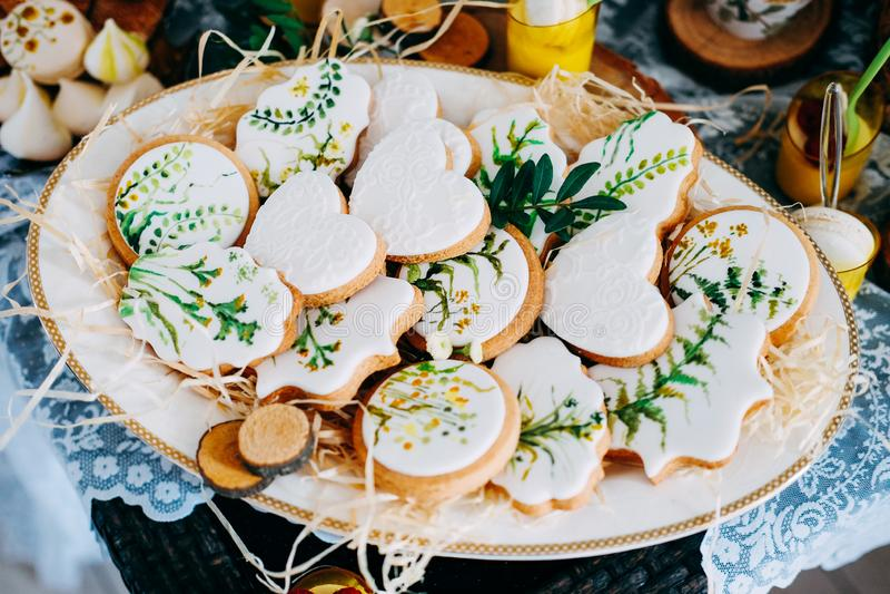 Вкусные печенья пряника покрытые с белой замороженностью стоковое изображение