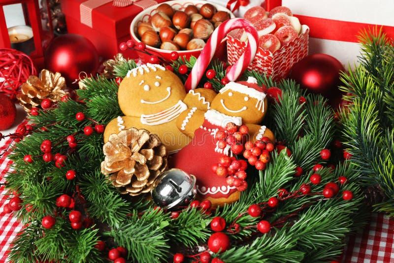 Вкусные печенья рождества в корзине, стоковое фото