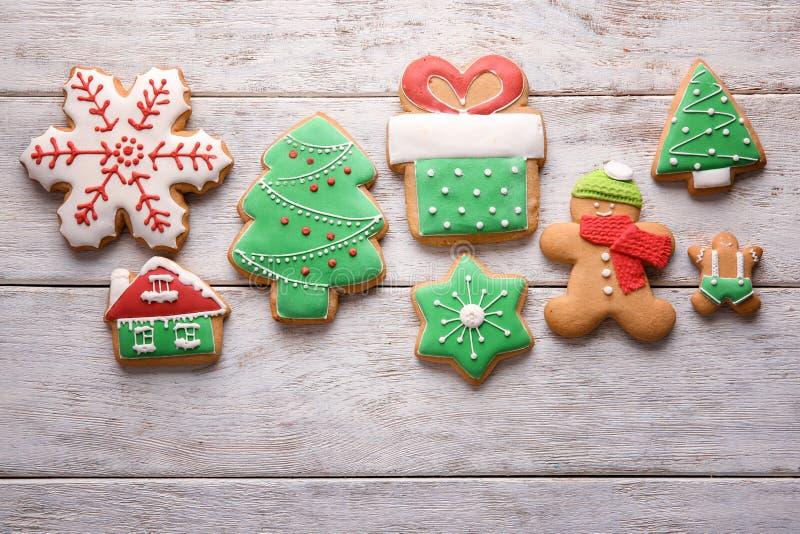 Вкусные печенья рождества на деревянном столе стоковое фото rf