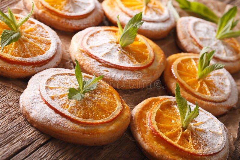 Вкусные печенья с оранжевыми кусками и концом-вверх мяты горизонтально стоковые фото