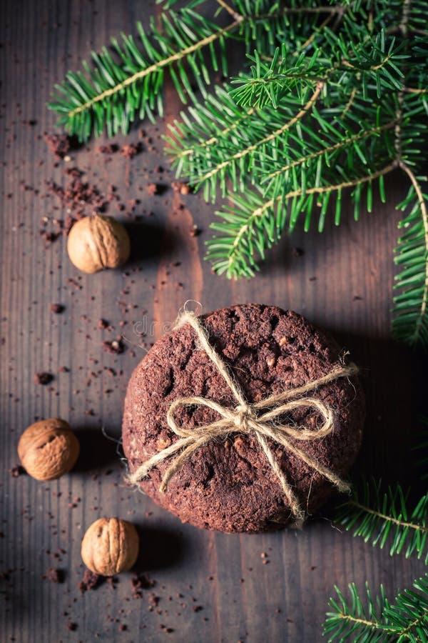 Вкусные печенья шоколада с гайками и спрусом стоковое изображение