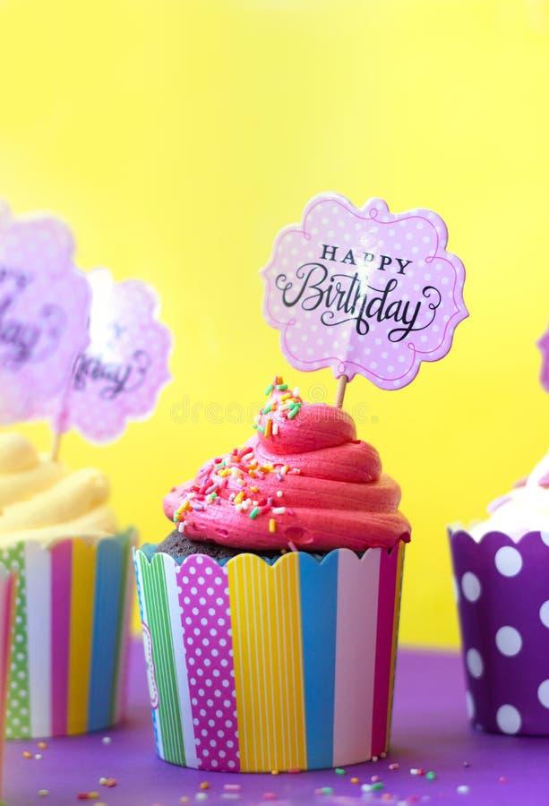 Вкусные пирожные клубники в красочных бумажных печь чашках, с Ha стоковые изображения