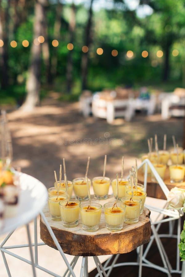 Вкусные помадки на коричневой деревенской деревянной таблице банкета Свадьба лета в таблице банкета леса стоковые изображения rf