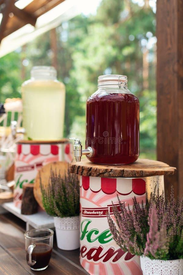 Вкусные помадки на коричневой деревенской деревянной таблице банкета Свадьба лета в таблице банкета леса стоковая фотография rf