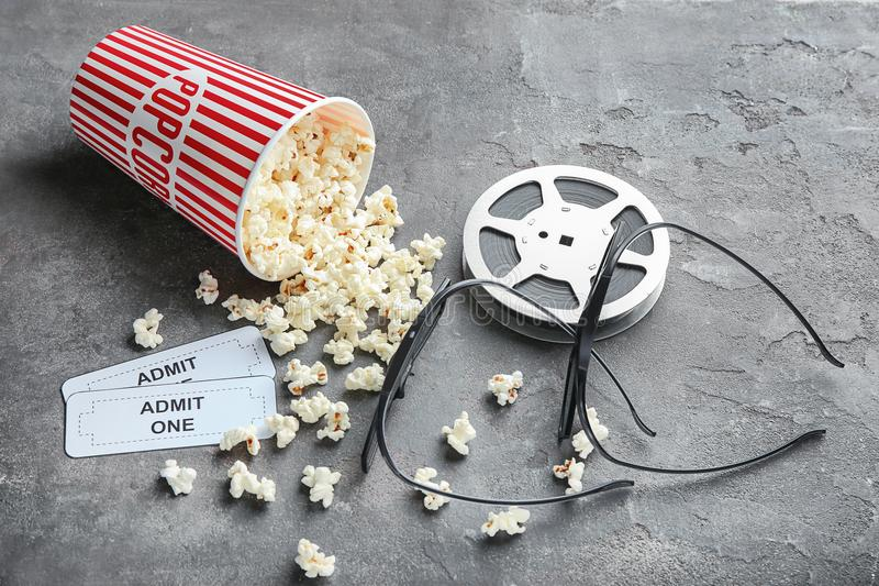 Вкусные попкорн, билеты, стекла и кино наматывают стоковые фотографии rf