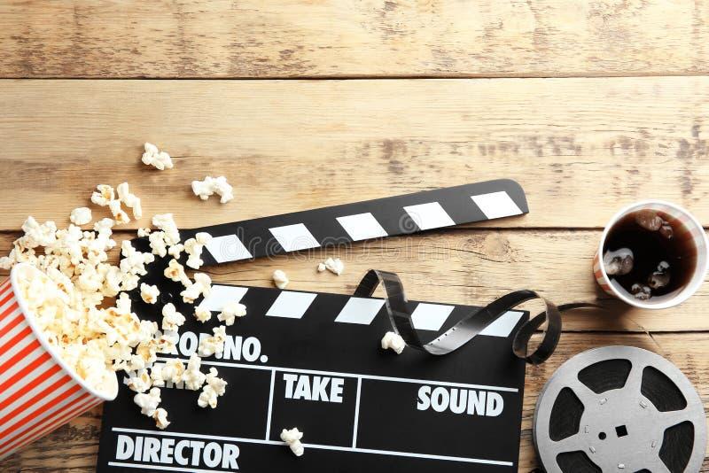 Вкусные попкорн, clapboard и вьюрок кино стоковое фото rf