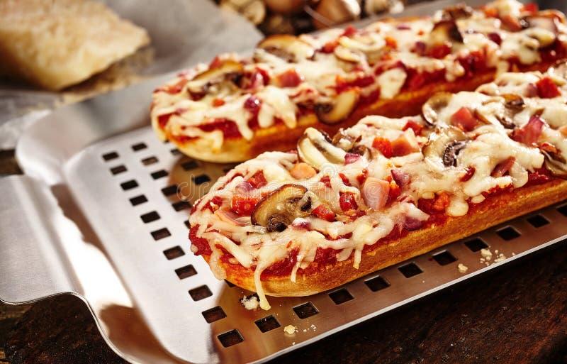 Вкусные притворные багеты с грибом и томатом стоковое фото