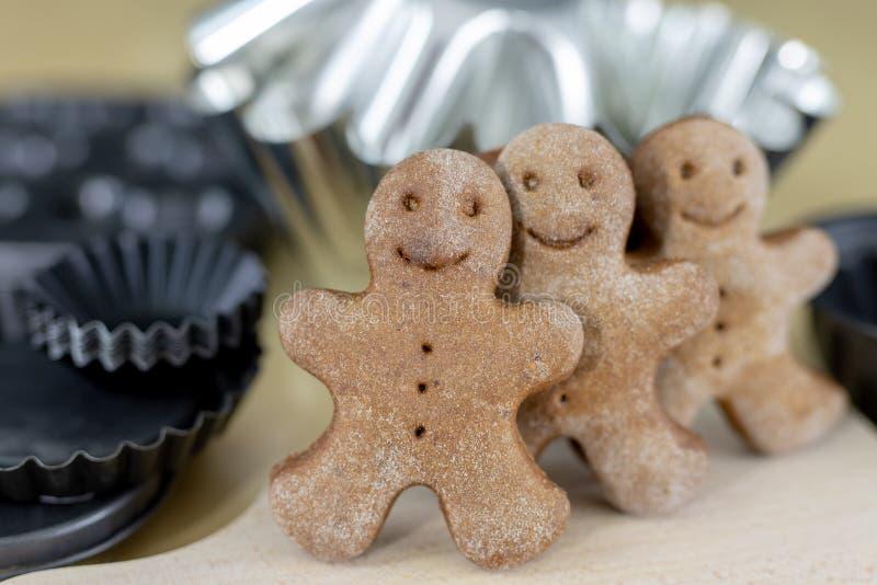 Вкусные пряники на деревянном столе в кухне Небольшие печенья для рождества стоковые изображения