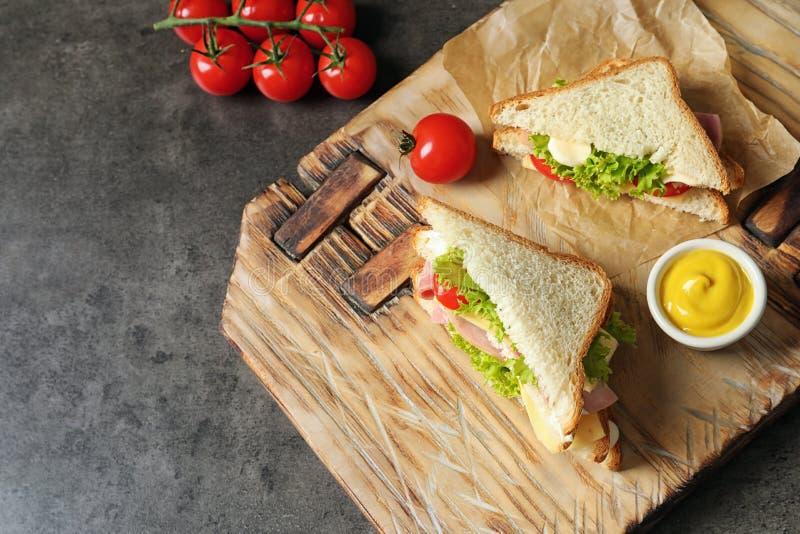 Вкусные сандвичи здравицы, который служат с мустардом стоковое фото