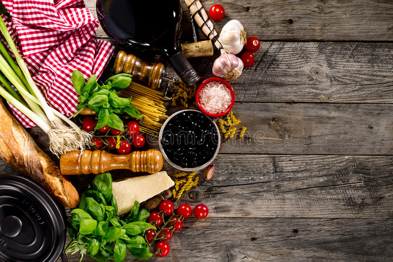 Вкусные свежие аппетитные итальянские пищевые ингредиенты на старом деревенском wo стоковая фотография rf