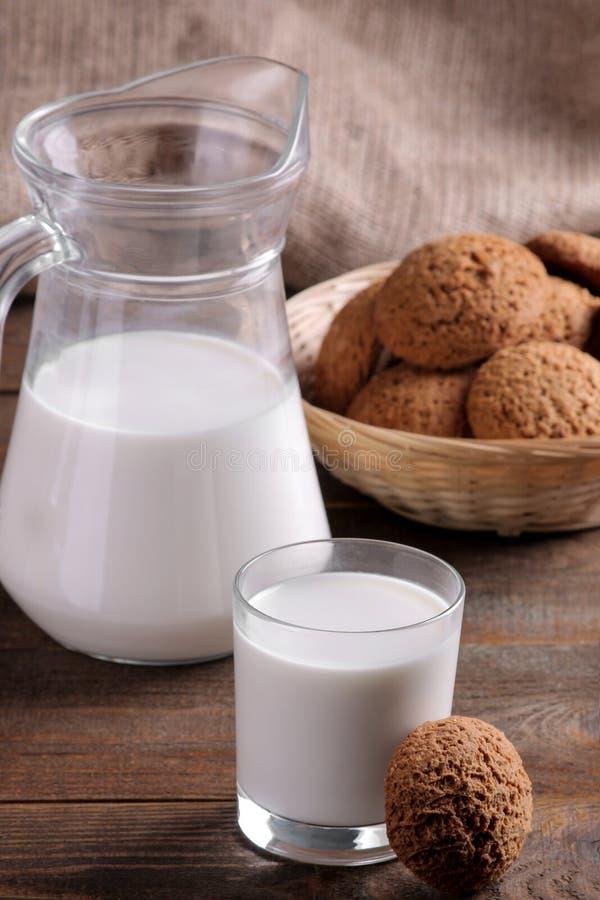 Вкусные сладкие печенья овсяной каши с молоком на коричневом деревянном столе стоковые изображения rf