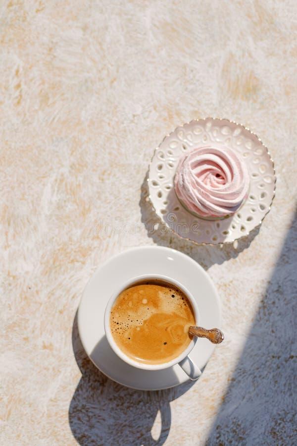 Вкусные сладкие macarons и предпосылка кофейной чашки бежевая Взгляд сверху карточка 2007 приветствуя счастливое Новый Год Концеп стоковые изображения rf
