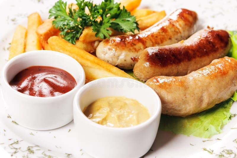 Вкусные сосиски мяса с овощами стоковая фотография