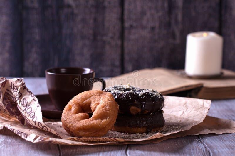 Вкусные donuts на деревянном столе стоковые изображения rf