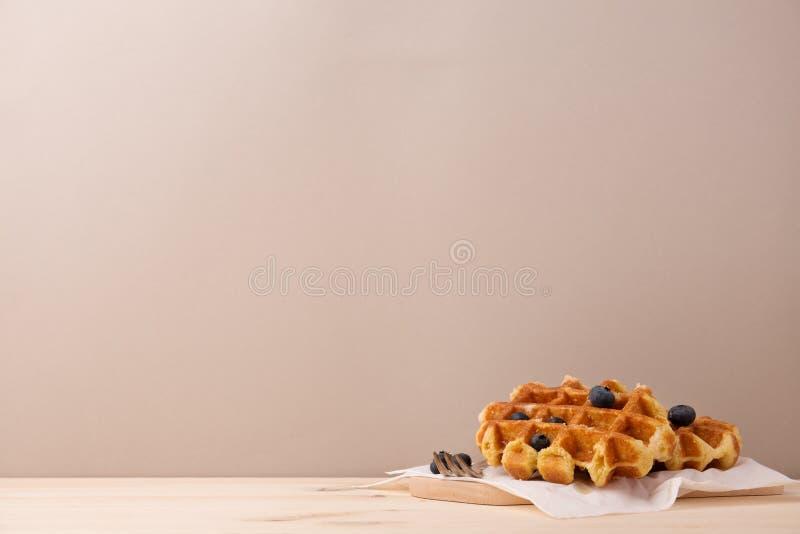 Вкусные waffles с ягодами стоковое изображение rf