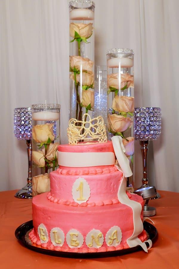 Вкусный белый торт с красным, голубым, зеленым, желтым стоковая фотография rf