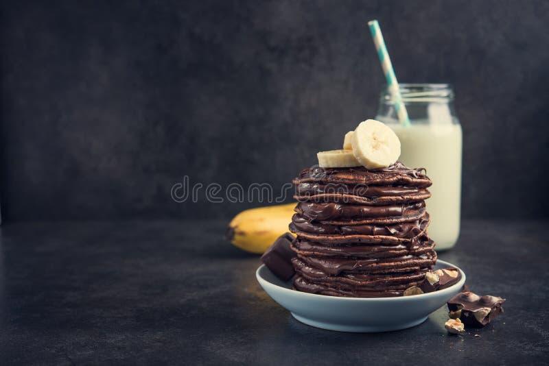 Вкусный блинчик с бутылкой шоколада, банана и молока стоковое фото rf