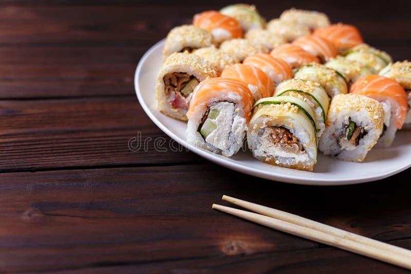 Вкусный большой красочный комплект свежего японского maki суш свертывает serv стоковое фото
