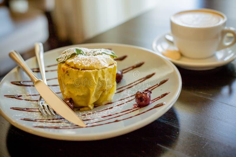 Вкусный вегетарианский десерт Заполненное яблоко с granola, циннамоном, гайками и медом на белой плите еда здоровая испеченные яб стоковые изображения rf