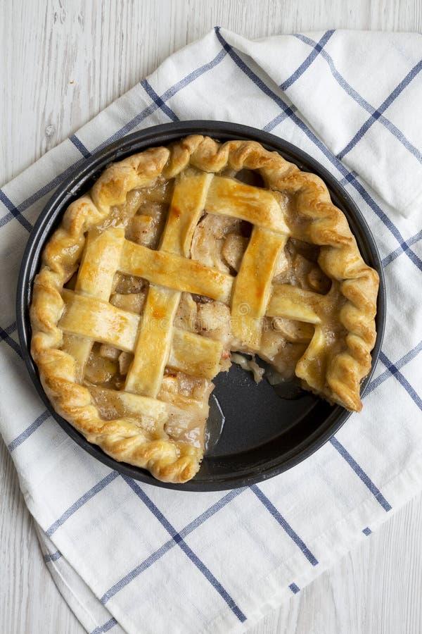 Вкусный домодельный яблочный пирог готовый для еды, надземный взгляд Плоское положение, взгляд сверху, сверху closeup стоковые фото