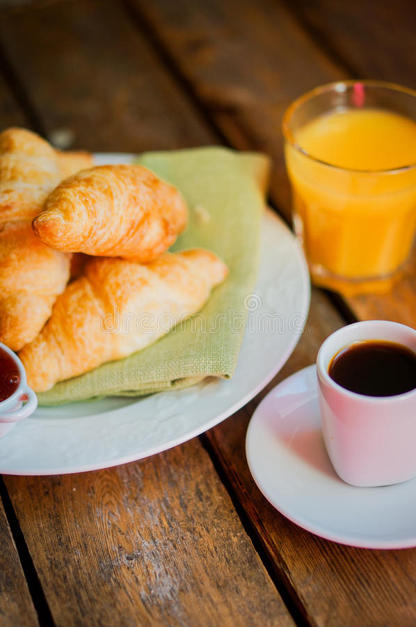 Вкусный завтрак: кофе с круассанами, апельсиновым соком и вареньем на w стоковая фотография rf