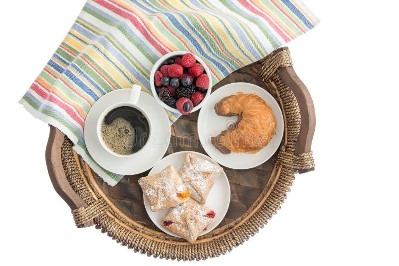 Вкусный завтрак утра на плетеном подносе стоковые изображения