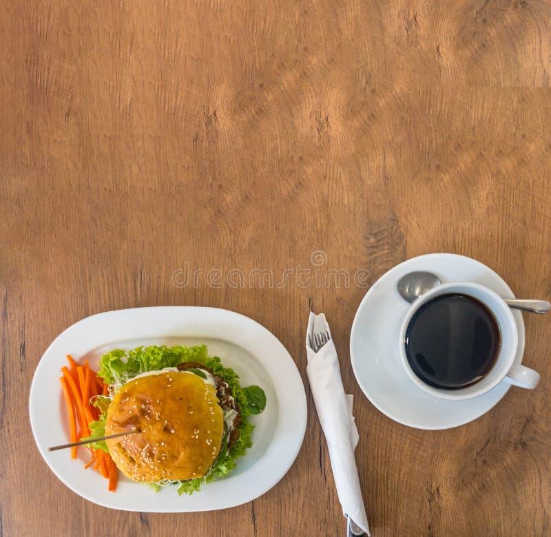 Вкусный зажаренный дом сделал бургеры с говядиной, морковами, сыром, салатом и кофе стоковое изображение