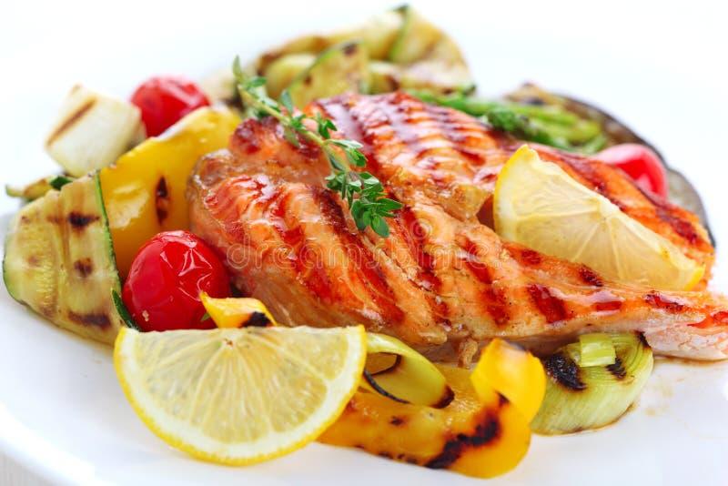 вкусный зажженный salmon стейк стоковые изображения rf