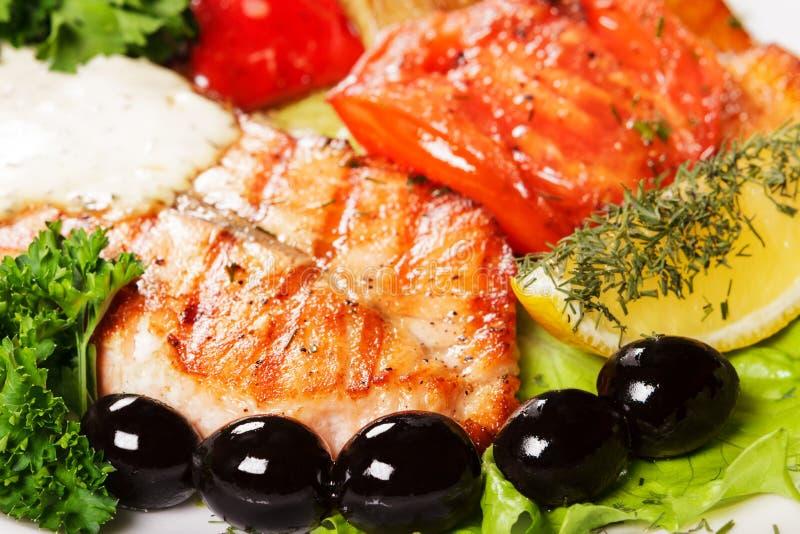 Вкусный и аппетитный гриль рыб с оливками стоковые фотографии rf